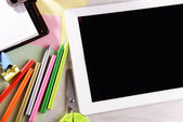 Tablet Pc met office supplies op bureaubladachtergrond — Stockfoto