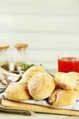 新鮮なニンニク、ディル、木製の背景を持つイーストこね粉から自家製焼きたてパン — ストック写真