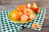 Tangerines in plate on table — Stock Photo