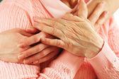 Alte und junge Hände Hug, closeup — Stockfoto