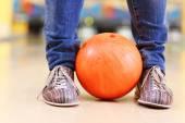 Männliche Beine und Bowling-Kugel in die Gasse-Hintergrund — Stockfoto