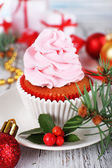 Tasse-Kuchen mit Creme auf Untertasse mit Weihnachtsdekoration auf Holztisch Hintergrund — Stockfoto