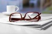 Glasses and newspapers, close-up — Stock Photo