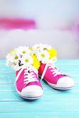Półbuty gumowe z kwiatami wewnątrz — Zdjęcie stockowe