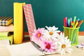 Bureau met boeken en bloemen — Stockfoto
