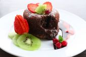 Hot chocolate pudding with fondant centre with fruits, close-up — Stock Photo