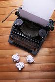 старинная пишущая машинка. старинная машина пишущей машинки на деревянном столе — Стоковое фото