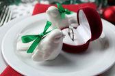 Blanco, rojo y verde Navidad mesa ambiente elegante. Concepto de boda de invierno — Foto de Stock