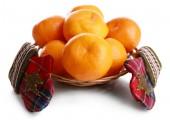 Mandarini in cestino isolato su bianco — Foto Stock