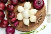 Different raw onion, close up — Stock fotografie
