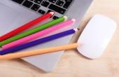 Laptop mit Computermaus und bunte Bleistifte auf Holztisch Hintergrund — Stockfoto