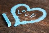 Herz mit hölzernen Hintergrund Nahaufnahme Kreide gezeichnet — Stockfoto