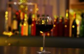 Glass of red wine in bar on blurred background — Foto de Stock