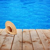 Summer hat on pool background — Stock Photo