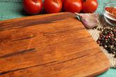 さまざまなスパイスやハーブまな板木製のテーブルの色の背景上に — ストック写真