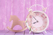 Beautiful vintage clock with decorative horse on table on wooden background — 图库照片