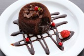 Hot chocolate pudding with fondant centre, close-up — Stockfoto