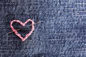 ピンクのハートのジーンズ生地刺繍、クローズ アップ — ストック写真