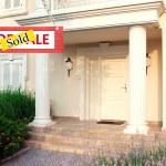 vendido casa para a venda imobiliária assina em frente de casa nova — Fotografia Stock  #63529403