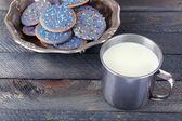 Glaserade kakor i metall skål — Stockfoto