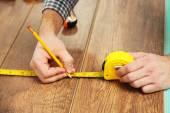 Carpenter worker installing laminate flooring — Stock Photo