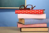 Stapel boeken met glazen — Stockfoto