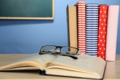 Textbooks with glasses — Foto Stock