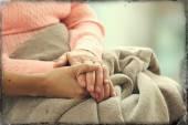 Jeunes et moins jeunes, main dans la main sur fond clair, closeup — Photo