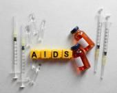 Slovo Aids a zdravotnických zařízení na světlé pozadí — Stock fotografie