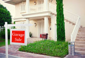 Garage sale sign in front of new house — Stock Photo