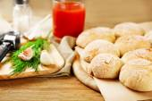 Fresh homemade bread buns from yeast dough with fresh garlic and dill, on wooden background — Fotografia Stock