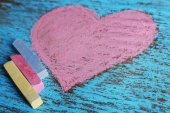 Heart drawn of chalks on wooden background close-up — Stock Photo