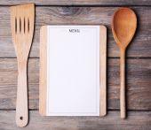 Tagliere con foglio menu di carta su priorità bassa delle plance di legno rustico — Foto Stock