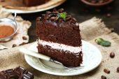 Delicioso pastel de chocolate en primer plano de la mesa — Foto de Stock