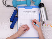 Trainer amounts to workout plan — Stock Photo