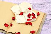 Love letters and rose petals — Fotografia Stock