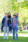 Happy vrienden in park — Stockfoto
