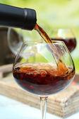 Vino tinto vierte en el vaso de vino, close-up — Foto de Stock
