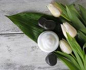 花を持つ化粧品クリーム — ストック写真