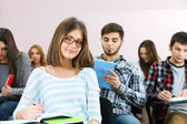 Grupo de estudiantes sentados en el aula — Foto de Stock