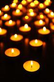Brinnande ljus på mörk bakgrund — Stockfoto