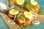Sandwiches with green peas paste — Stock Photo