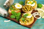 Sandwiches with green peas paste — Stock Photo