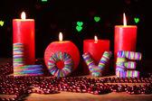 Romantik hediye mum ışıkları arka planda, aşk kavramı ile — Stok fotoğraf