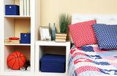 现代彩色卧室室内,床和床头柜,轻质墙体背景设计详细 — 图库照片