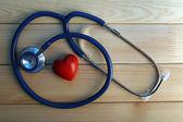 木製の背景に心の聴診器 — ストック写真