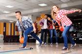 Amis, jouer au bowling club — Photo