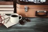 Vintage resväska med kläder och böcker om trä bakgrund — Stockfoto