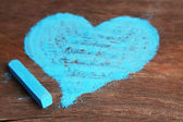 Heart drawn of chalk on wooden background close-up — Foto de Stock