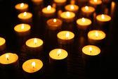 Brandende kaarsen op donkere achtergrond — Stockfoto